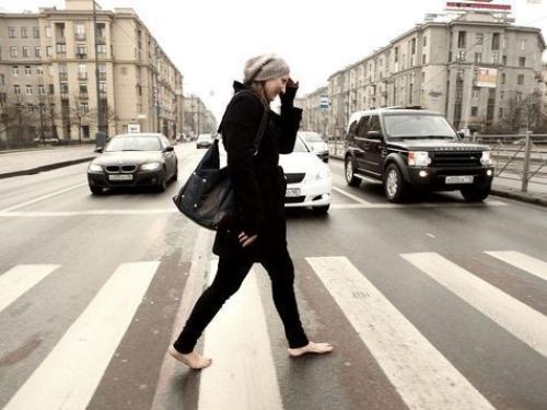 Девушка ходит по улице